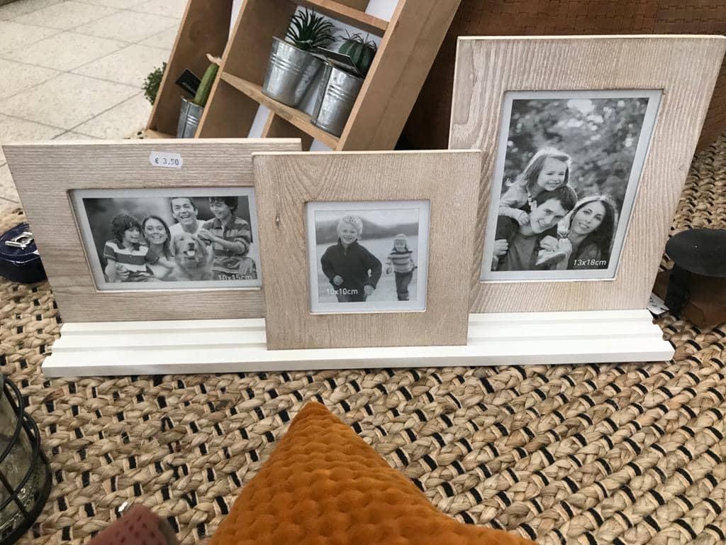3er-Set Holzbilderrahmen auf Holzständer